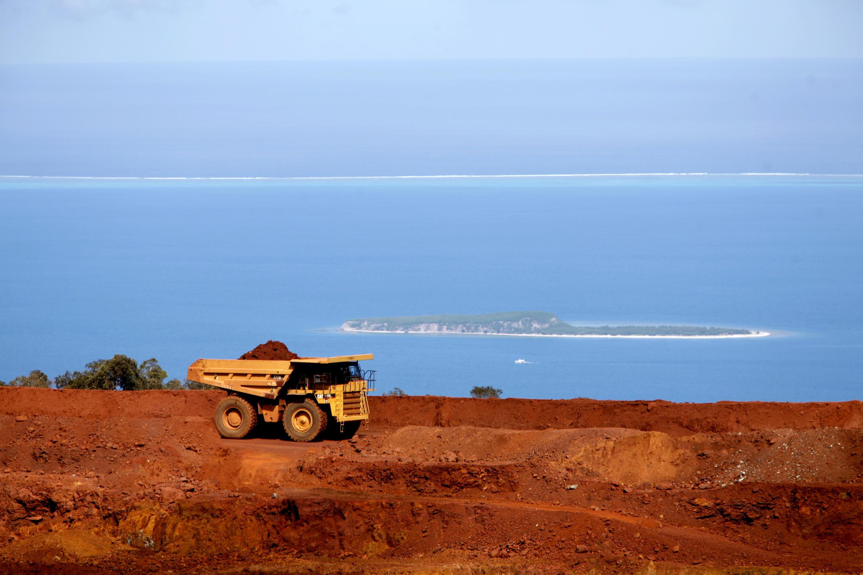 Le nickel est une ressource majeure  de la Nouvelle-Calédonie (sur la photo: la Mine de Tiébaghi, située dans la province Nord, à 385 km de Nouméa). A l'arrière-plan, le lagon de Nouvelle-Calédonie, classé au patrimoine mondial de l'Unesco).