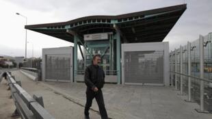 Um transeunte passa em frente a estação de trens fechada devido à greve de 48h em Atenas, nesta sexta-feira.