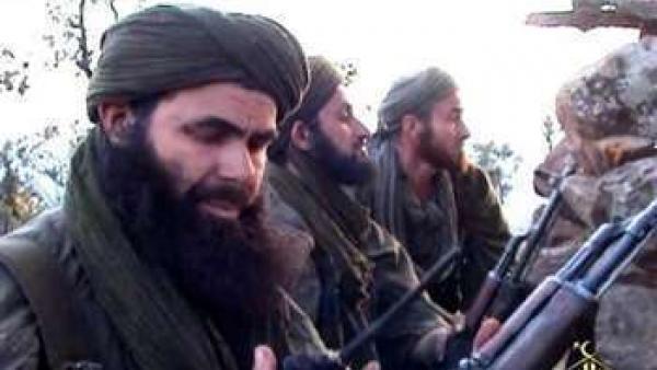 Photo non datée du chef d'al-Qaïda au Maghreb islamique, Abdelmalek Droukdel, en présence de ses hommes, au nord du Mali.