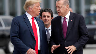 Tổng thống Mỹ Donald Trump (T) và đồng nhiệm Thổ Nhĩ Kỳ Recep Tayyip Erdogan, tại thượng đỉnh NATO, Bruxelles ngày 11/07/2018.