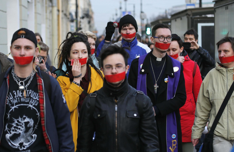ЛГБТ-активисты на акции протеста против дискриминации, Санкт-Петербург, 17 апреля 2019