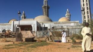 L'immense mosquée Massalikal Djinan, cœur religieux des mourides de Dakar, au Sénégal.