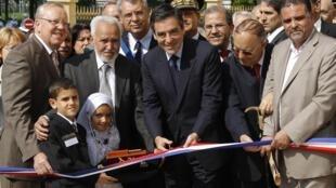 O primeiro-ministro francês, François Fillon, inaugurou, nesta segunda-feira, uma mesquita na periferia de Paris.