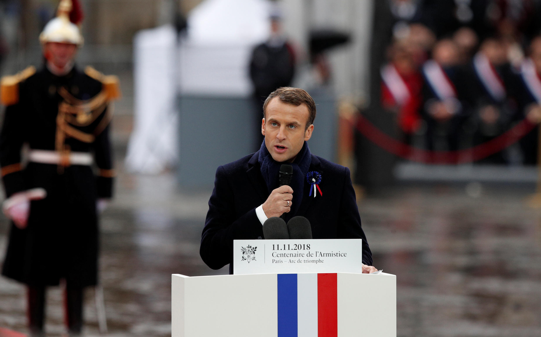 Le président français Emmanuel Macron prononce son discours à l'occasion de la cérémonie commémorative du jour de l'armistice, 100 ans après la fin de la Première Guerre mondiale, à l'Arc de Triomphe, à Paris, le 11 novembre 2018.