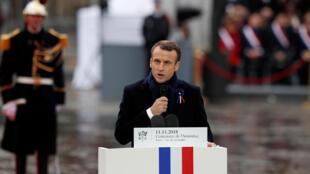 លោក Emmanuel Macron ថ្លែងសន្ទុរកថា នៅArc de Triomphe ទីក្រុងប៉ារីស ប្រទេសបារាំង ថ្ងៃទី ១១ វិច្ឆិកា ២០១៨