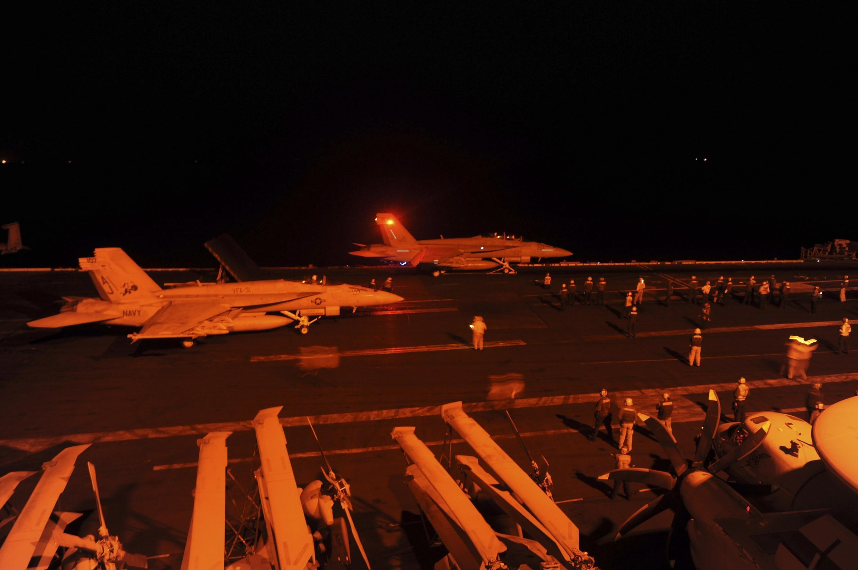 Avião de combate decola para missão de bombardeio na Síria