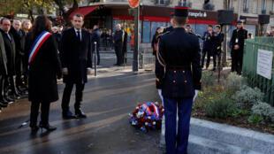 El presidente francés, Emmanuel Macron, y la alcaldesa de París, Anne Hidalgo, depositan una corona de flores el 13 de noviembre de 2017 en uno de los lugares atacados hace dos años por terroristas islámicos.