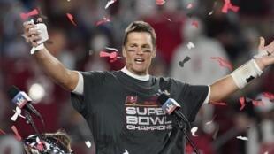 Le quarterback américain Tom Brady, célébrant la victoire de son équipe, les Tampa Bay Buccaneers, lors du Super Bowl face aux Kansas Chiefs, le 7 février 2021.