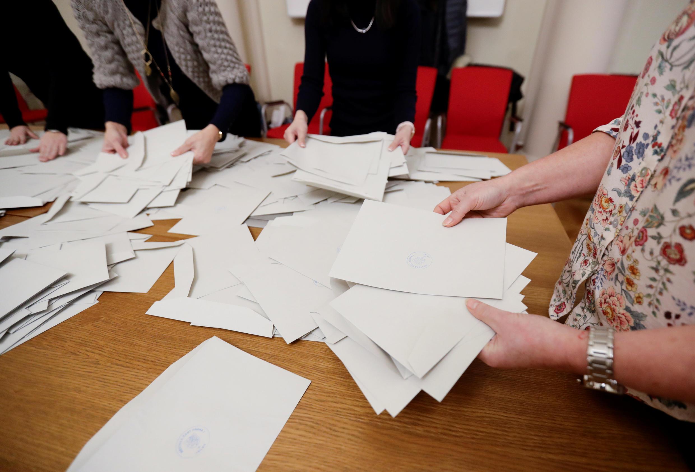 Vérification du comptage des voix par la commission électorale tchèque à Prague le 13 janvier 2018.