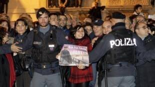 Depois de oficializar sua demissão, Berlusconi teve de sair do palácio presidencial pelos fundos para evitar a multidão que festejava sua renúncia.