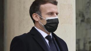 Casos contaminações de Covid disparam em França