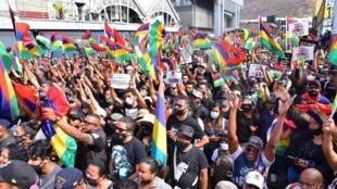 Des dizaines de milliers de Mauriciens ont défilé dans les rues de Port-Louis le 29 août 2020 pour protester contre la gestion par le gouvernement de la marée noire qui a frappé l'île.