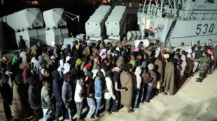 Des migrants secourus par des gardes-côtes libyens arrivent à Tripoli le 24 novembre 2017.