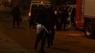 La police anti-émeute barre une route lors de manifestations contre la cherté de la vie, à Tunis, le 9 janvier 2018.