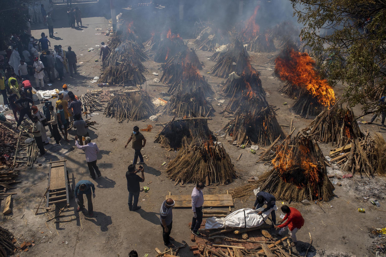 Một bãi thiêu nạn nhân Covid-19 lộ thiên ở New Dehli, Ấn Độ, ngày 24/04/2021.