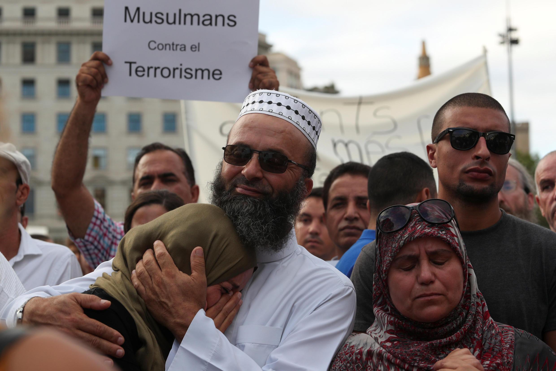 Muçulmanos se reuniram na praça da Catalunha, em Barcelona, para protestar contra o terrorismo após os atentados que deixaram 15 mortos na região.