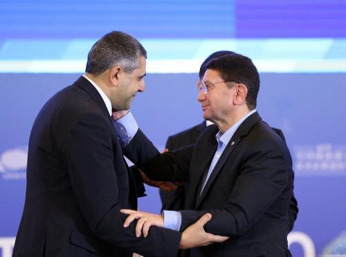 Zurab Pololikashvili y Taleb Rifai se dan la mano luego de la elección del primero como Secretario General de la OMT. Chengdu, 14 de septiembre de 2017.