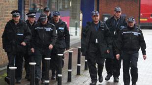 Policiais em torno da área onde ocorreu o ataque contra o ex-espião russo em Salisbury, na Inglaterra