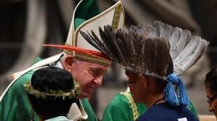 Papa se encontrou com líderes indígenas da Amazônia em outubro de 2019 no Vaticano.