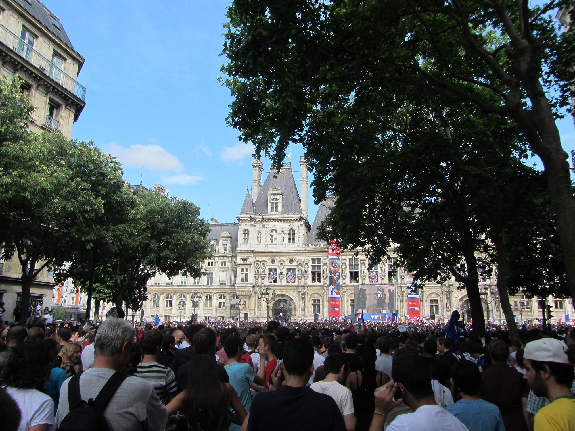 Torcedores franceses acompanham França x Alemanha  diante da prefeitura de Paris.