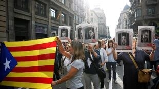 Manifestantes con la estelada marchan por la Vía Laetana en Barcelona tras conocerse el veredicto, el 14 de octubre de 2019.