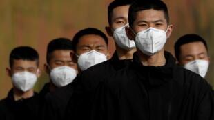 """Ảnh minh họa: Nhân viên an ninh tại Tử Cấm Thành, ngày 18/03/2020. Sau khi gây họa cho cả thế giới với virus Vũ Hán, Trung Quốc vẫn cho rằng mô hình cai trị của mình là """"ưu việt"""" so với phương Tây."""