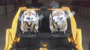 Catpure vidéo d'un crash test effectué sur des sièges auto équipés d'airbags.
