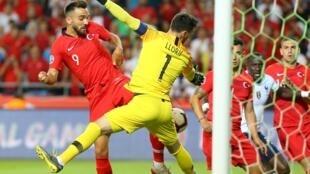 """یک روز بعد از شکست سنگین و غیرمنتظرۀ تیم ملی فوتبال فرانسه در رویارویی با ترکیه، کارشناسان ورزشی و رسانههای فرانسوی یکصدا از """"کار ضعیف"""" تیم کشور خود انتقاد کردند."""