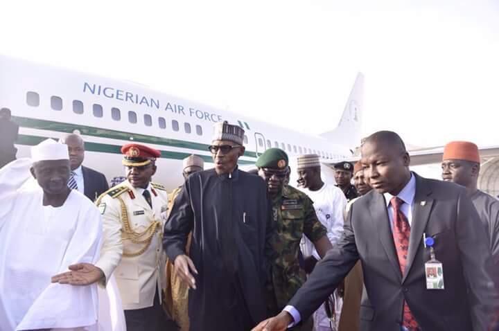 Shugaba Muhammadu Buhari da mukarrabansa a filin tashi da saukar jiragen sama a Abuja