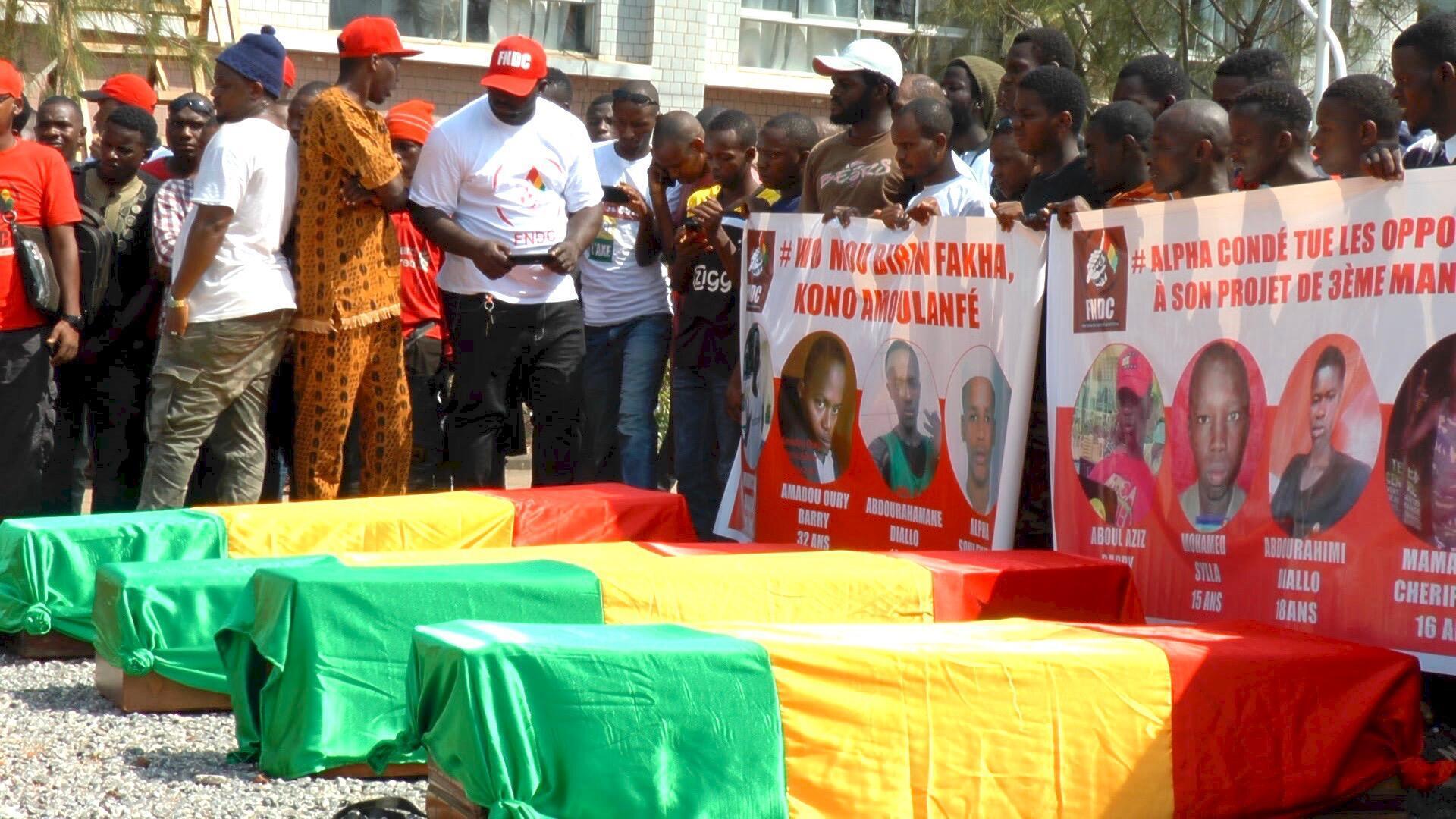 L'opposition pleurait ses morts qu'ils ont transportés dans des cercueils recouvert de linceul rouge, jaune et vert de la morgue jusqu'à la mosquée.