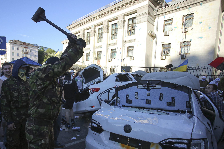 Manifestantes depredaram carros diplomáticos da embaixada russa em Kiev.