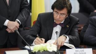 """O primeiro-ministro belga Elio di Rupo promete sanções """"implacáveis"""" contra atos de discriminação."""