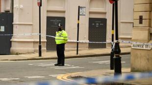 Un policía observa la zona acordanada en el cruce de calles de Chirch Street y Barwick Street, tras los incidentes en que varias personas fueron apuñaladas en el centro de Birmingham, centro de Inglaterra, en la madrugada del 6 de septiembre de 2020