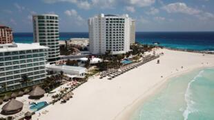 法广存档图片:墨西哥坎昆鸟瞰图片 - 因Covid-19防疫措施而空旷无人的大沙滩。 Image d'archive RFI : Une vue aérienne d'une plage presque vide à Cancun, au Mexique, après l'imposition d'un verrouillage contre le coronavirus en mars.