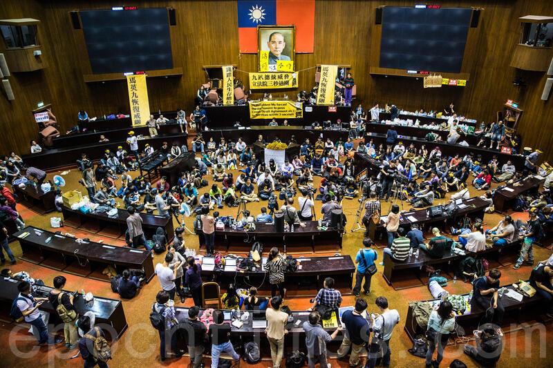 圖為台灣當年太陽花反服貿運動佔領立法院