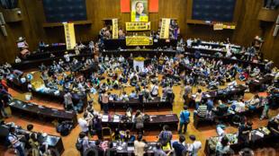图为台湾当年太阳花反服贸运动占领立法院