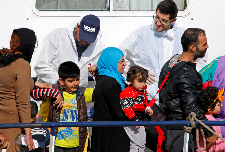Des migrants attendent de débarquer du Phoenix, le navire de la Migrant Offshore Aid Station (MOAS) dans le port sicilien de Catane, le 6 mai 2017.