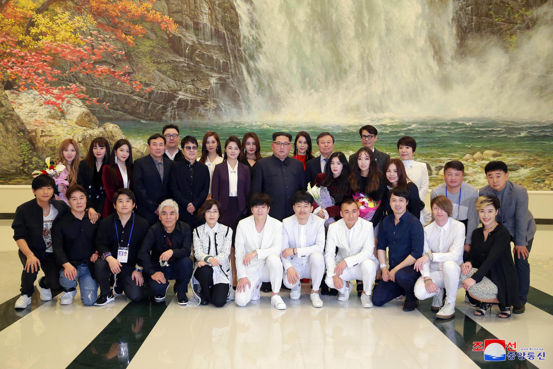 O líder norte-coreano, Kim Jong-un (centro), com os artistas sul-coreanos em Pyongyang.