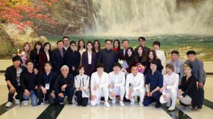 Lãnh đạo Bắc Triều Tiên Kim Jong-Un chụp hình với các ca sĩ Hàn Quốc ngày 02/04/2018 tại Bình Nhưỡng.