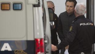 El exdirector de la estatal Petróleos Mexicanos (Pemex) Emilio Lozoya, es trasladado por la policía española en Marbella, el 13 de febrero de 2020