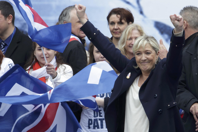 Pesquisa de opinião do jornal Le Parisien indica que Marine Le Pen seria  vitoriosa no primeiro turno das eleições presidenciais de 2017.