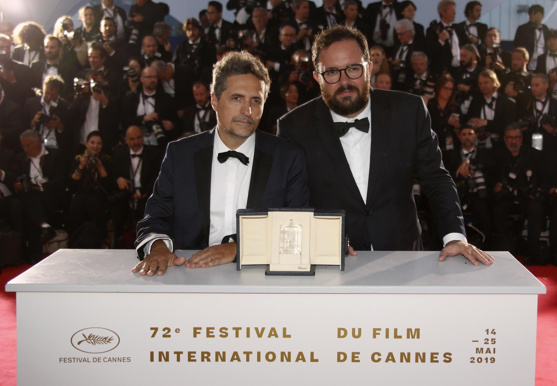 Kléber Mendonça Filho e Juliano Dornelles (e) com o prêmio do juri de Cannes