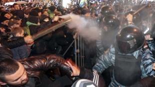 Protestos na Ucrânia. Os manifestantes criticam o governo considerado anti-europeu.