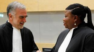 Luis Moreno-Ocampo, à gauche, avec Fatou Bensouda, à droite, après une cérémonie de prestation de serment à la Cour pénale internationale (CPI) à La Haye, Pays-Bas, le vendredi 15 juin 2012.