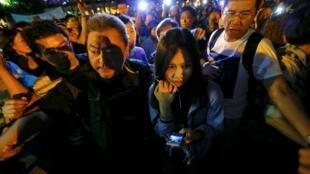 2014年10月25日,香港媒體RTHK一名女記者在尖沙咀報道反佔中藍絲帶集會時遭踢打。後在警方護衛下離開現場。