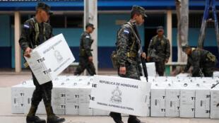 Des soldats préparent le matériel électoral à Tegucigalpa au Honduras, le 25 novembre 2017.