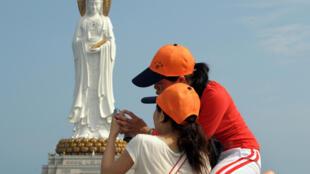 Du khách Trung Quốc trước tượng Quan Âm Nam Hải ở thành phố Tam Á, tỉnh Hải Nam, ngày 14/04/2008.