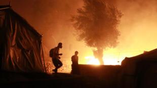 Migrantes en el campo en llamas de Moria, en la isla griega de Lesbos, el 9 de septiembre de 2020