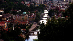 Vue générale sur la ville de Sarajevo depuis les hauteurs.