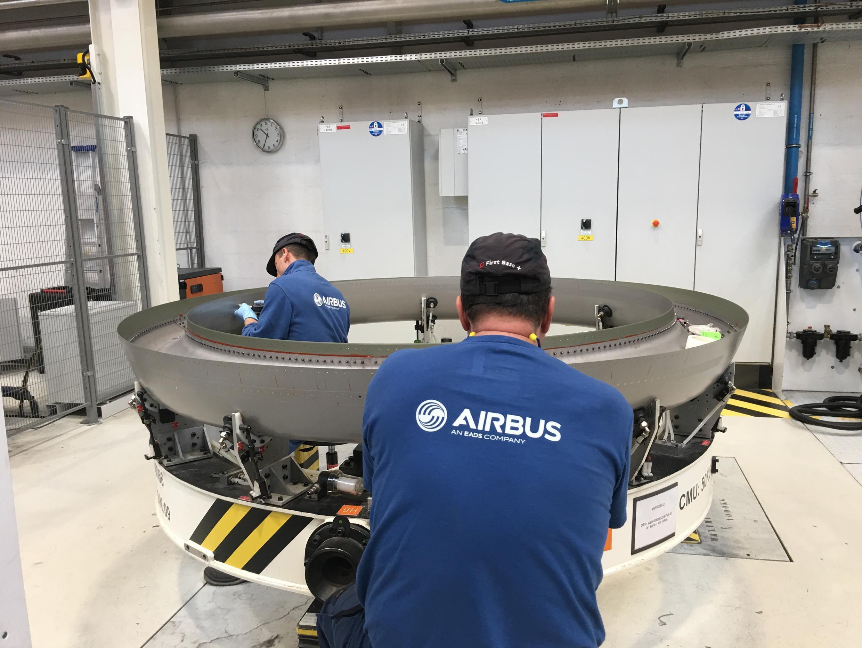 Монтаж облицовки двигателя самолета. Завод Airbus в Нанте, январь 2018.